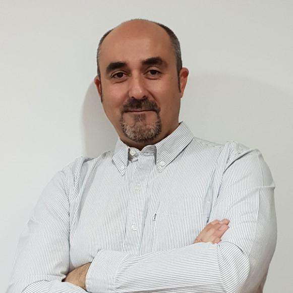 Javier Acedo, productor de trufas mira a cámara.