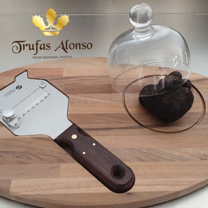 tabla de madera de castaño con laminador de acero para trufas con mango de madera y campana de cristal.